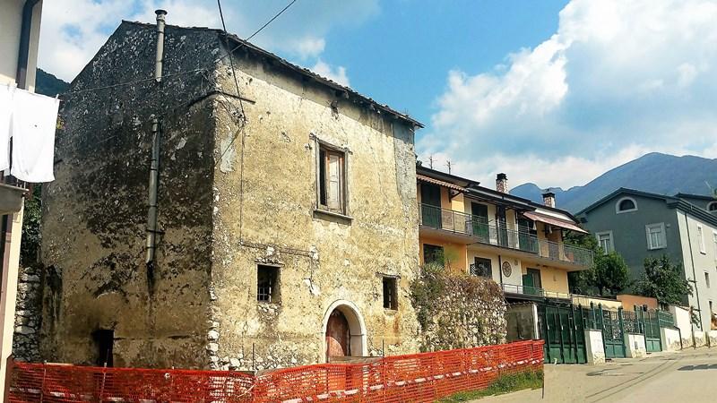 Fabbricato con giardino e box a Santa Lucia di Serino