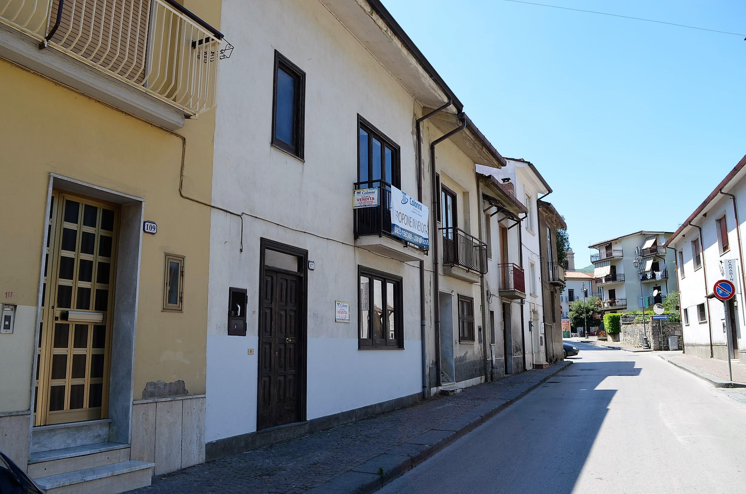 Casa indipendente su più livelli con cantina e giardino a Forino
