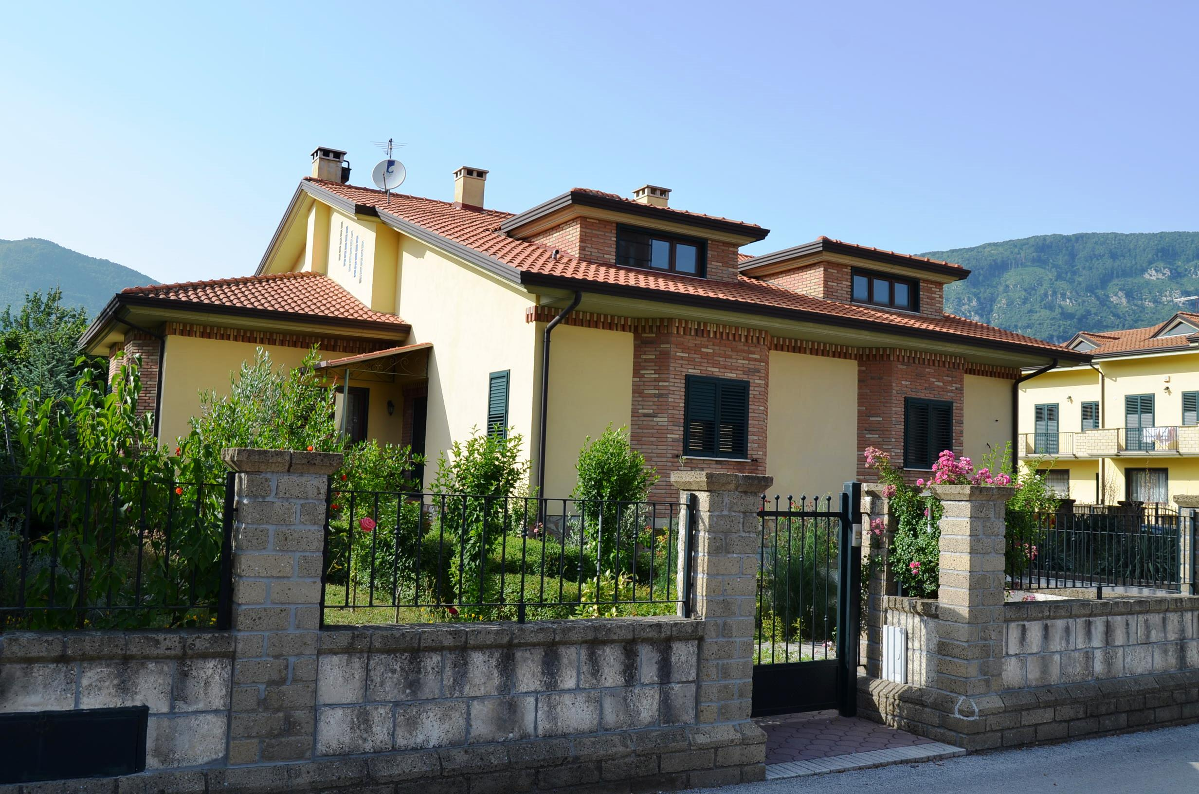 Porzione di bifamiliare nuova costruzione con giardino a Forino