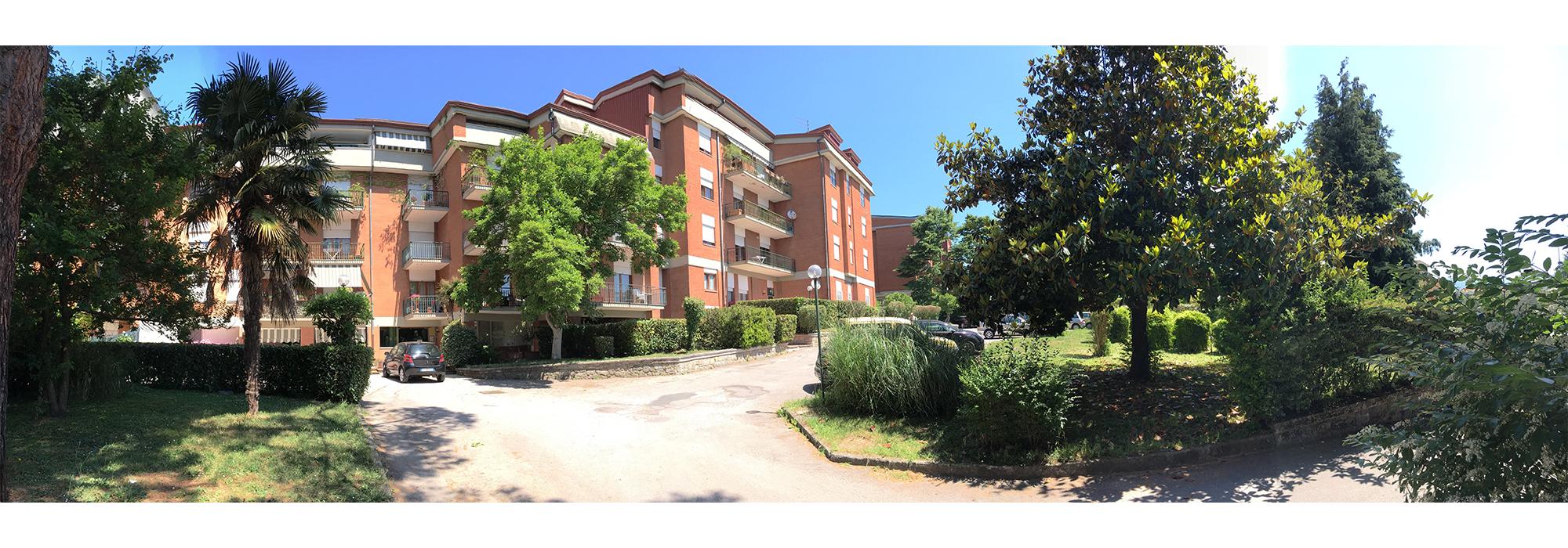 Appartamento in parco con box auto in via Annarumma
