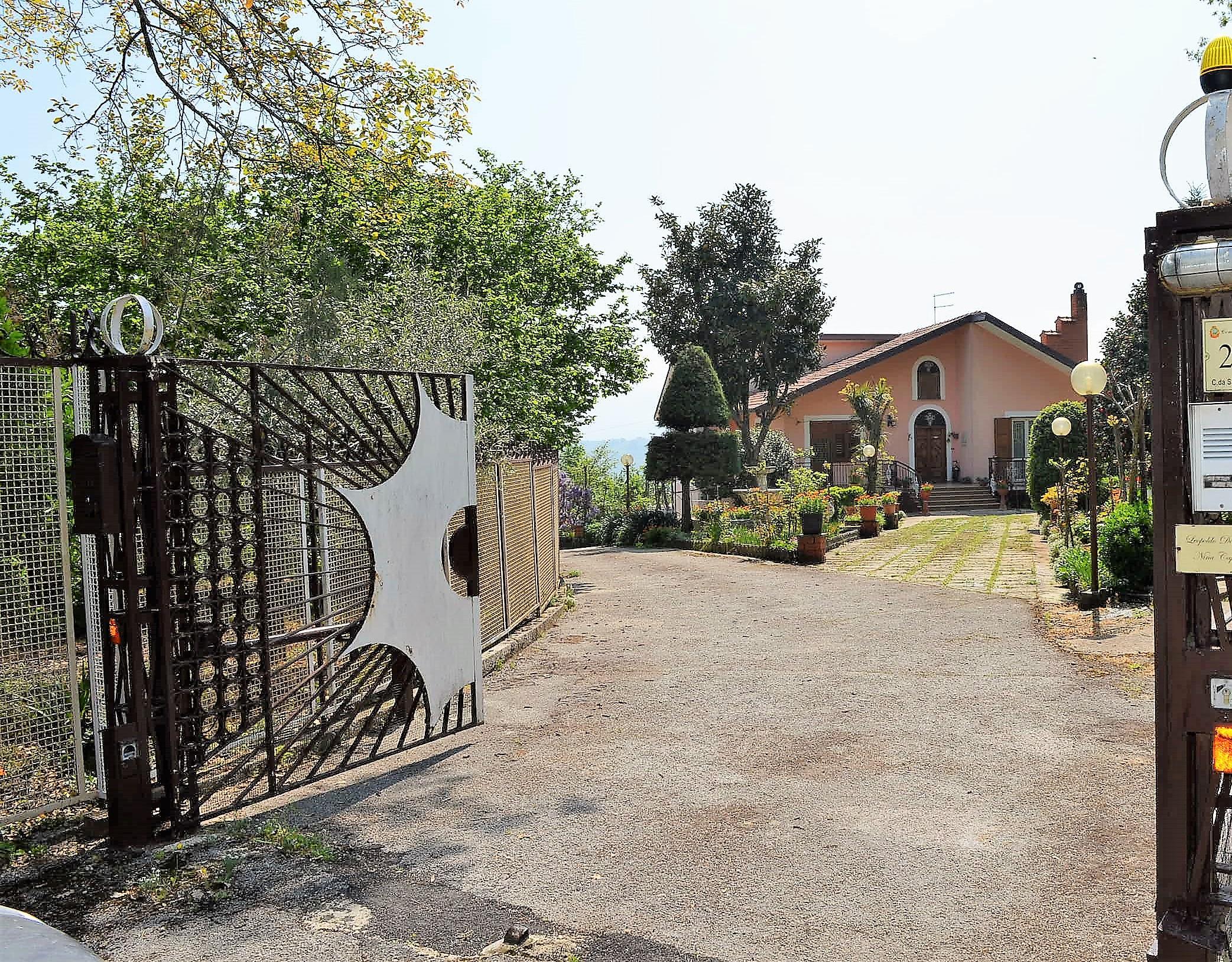 Villa in zona Contrada Sant'Eustachio con terreno di circa 4000 mq