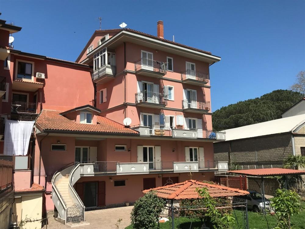 Appartamento su due livelli con box in zona Viale Italia