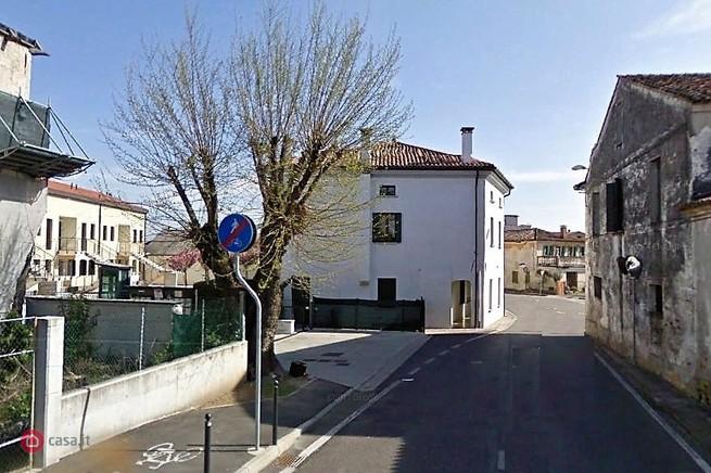 Appartamento su due piani con terrazzo e due posti auto a Spresiano